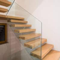 Lesene stopnice z drsnimi vrati